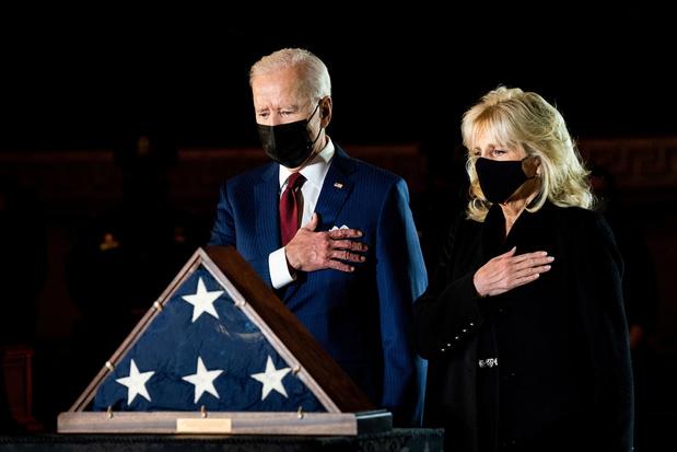 Joe en Jil Biden brengen in Capitool laatste groet aan gedode agent