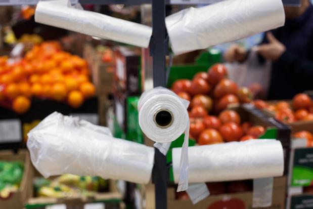 Des supermarchés poussés à réduire l'emballage plastique au Royaume-Uni