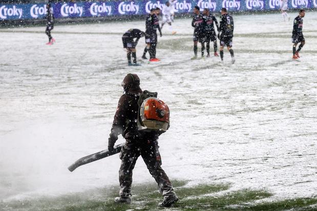 'Het voetbal móét koste wat kost doorgaan. Maar waarom?'