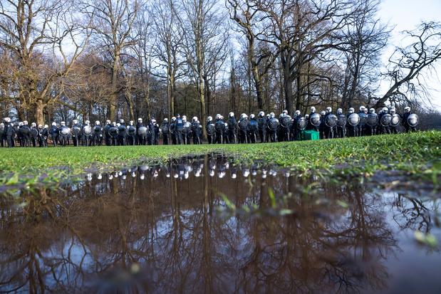 Evacuation au bois de la Cambre: 22 arrestations, plusieurs dizaines de policiers blessés