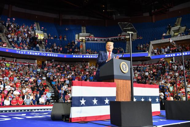 Trump houdt controversiële verkiezingsbijeenkomst in halfleeg stadion
