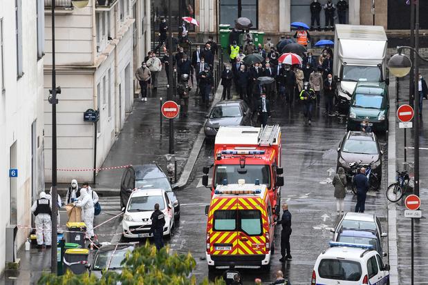"""Dans l'ancien quartier de Charlie Hebdo, l'attaque ravive les """"cicatrices"""""""