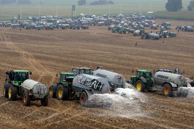 Crise agricole: des centaines de tracteurs à Ciney, action symbolique et appel au boycott