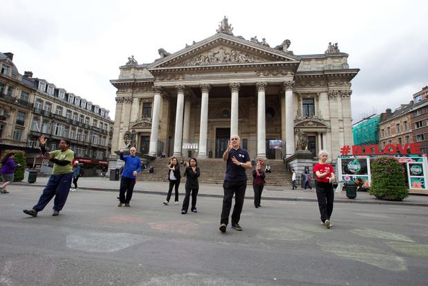 Action symbolique de soutien aux réfugiés devant la Bourse à Bruxelles
