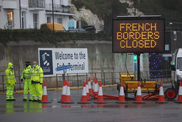 Des pays suspendent leurs liaisons avec le Royaume-Uni, réunion de crise à Londres
