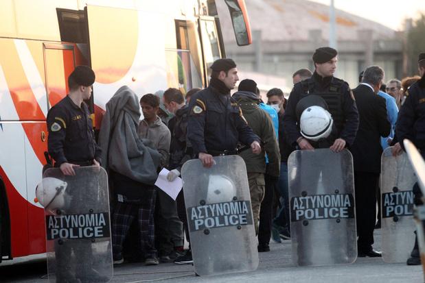 Meer agenten op twee Griekse eilanden voor controversiële bouw migratiekampen