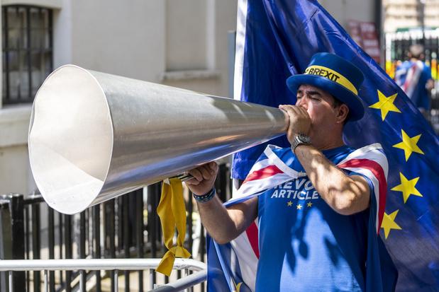 """Johnson mène le Royaume-Uni vers un """"choc frontal"""" avec l'UE"""