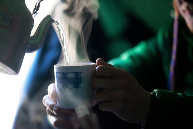 Boire un thé bien chaud, un remède contre le coronavirus ?
