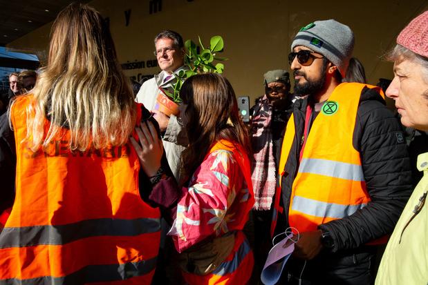 Des militants pour le climat ont distribué des plantes vertes aux commissaires européens