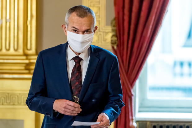 Coronavirus: le nouveau ministre de la Santé conseille de limiter les contacts à trois personnes