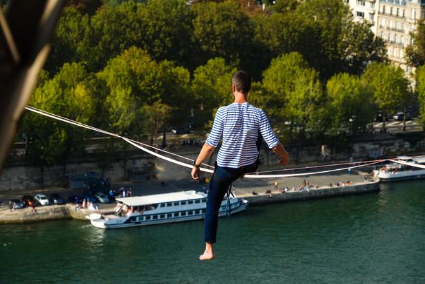 Koorddanser steekt Seine over vanaf Eiffeltoren