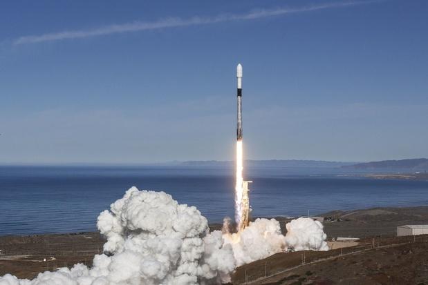 Une fusée porteuse de SpaceX emmène 60 satellites malgré le problème du premier étage