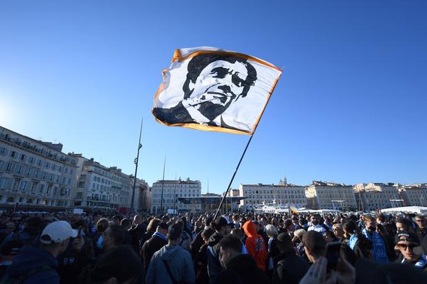 Duizenden supporters lopen in Marseille achter kist van Bernard Tapie