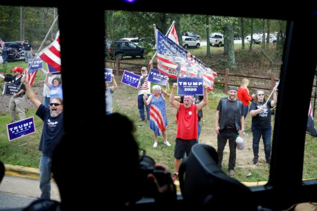 Rijdende campagnebus van Joe Biden omsingeld door Trump-supporters
