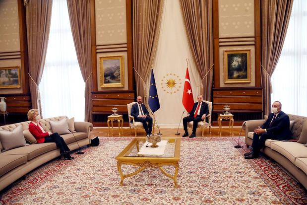 Seksistisch of niet? Waarom werd Von der Leyen naar de sofa verwezen tijdens ontmoeting met Erdogan?