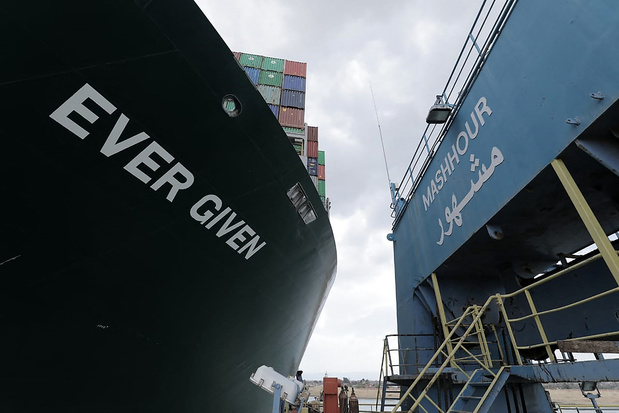 """Comment une """"baleine"""" échouée bloque l'économie mondiale"""