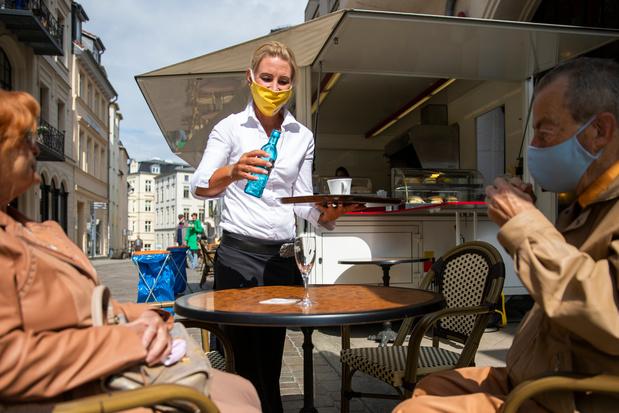 Un avant-goût de normalité : les premiers restaurants rouvrent en Allemagne