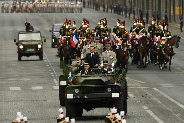 """14 juillet: Macron entame la revue des troupes, des """"gilets jaunes"""" sifflent à son passage"""