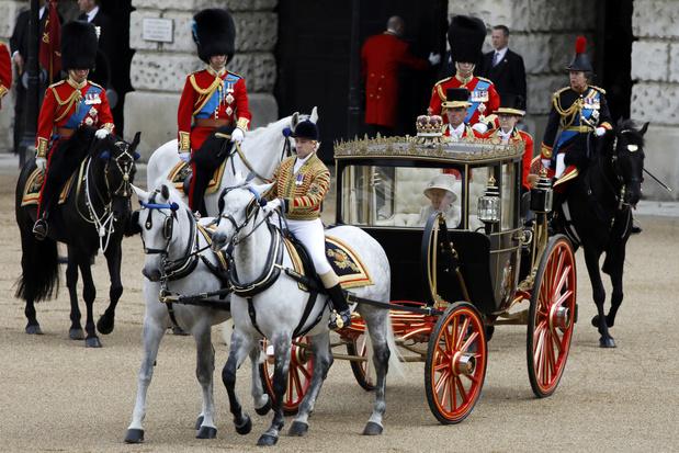 La reine Elizabeth fête ses 93 ans avec un défilé militaire et un show aérien
