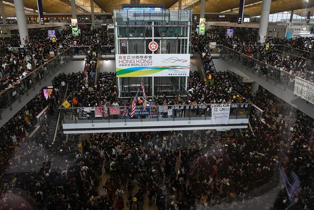 Plus de 5.000 manifestants à l'aéroport international de Hong Kong