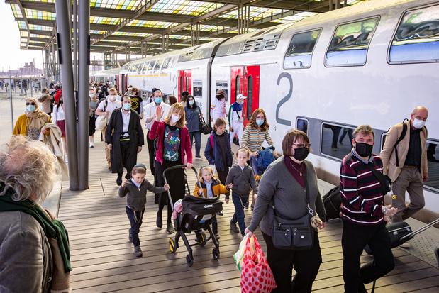 Ces trains bondés et ces parcs remplis qui suscitent les critiques en pleine pandémie de Covid