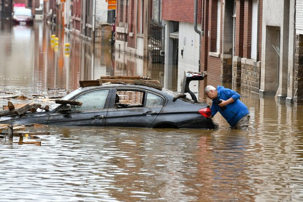 Inondations: environ 50.000 véhicules hors d'usage et des tonnes de déchets générés
