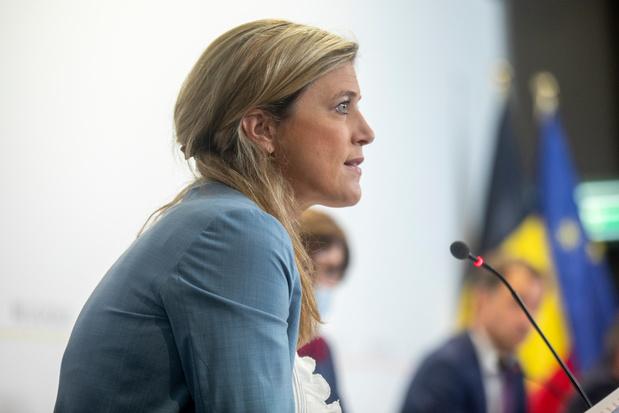 """Annelies Verlinden: """"Il est temps de récompenser ceux qui ont fait le choix de la vaccination"""""""