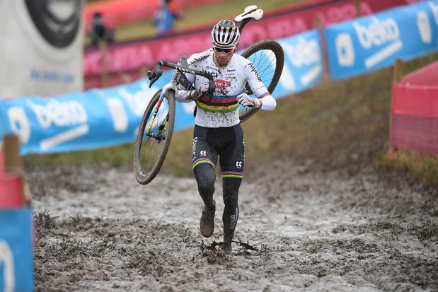 Van der Poel degradeert concurrentie in Hulst