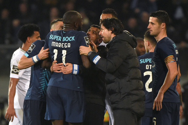 Porto-speler stapt van veld nadat racistische supporters hem bekogelen met stoelen
