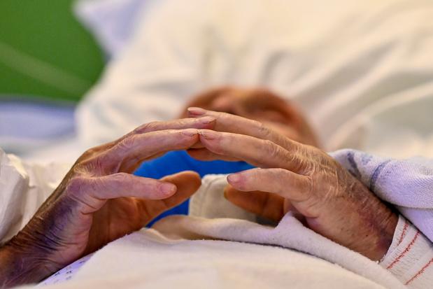 Studie eerste covidgolf: zorgverleners weinig tijd voor emotionele gesprekken bij levenseindezorg
