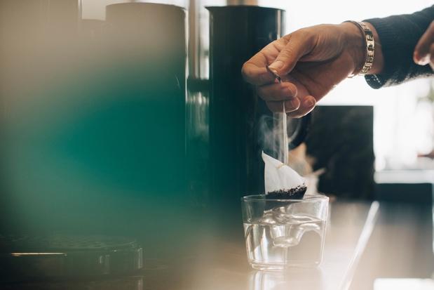 Theezakjes laten miljarden microplastics achter in thee