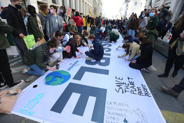 Klimaatjongeren nemen stukje Wetstraat over: 'We verliezen nog elke dag tijd'