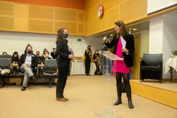 Deux jeunes femmes dans les pas des ministres Wilmès et Kitir pour l'action Girls' Take Over