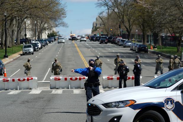 VS-Capitool: auto rijdt in op agenten, agent en verdachte overleden