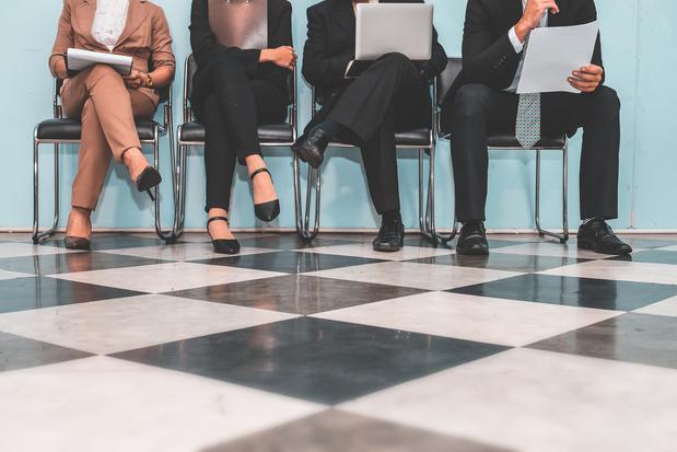 Werkgevers voorzichtiger over aanwervingen