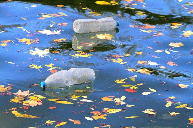 Eerste 'river skimmer' in België haalt plastic uit dok in Antwerpen