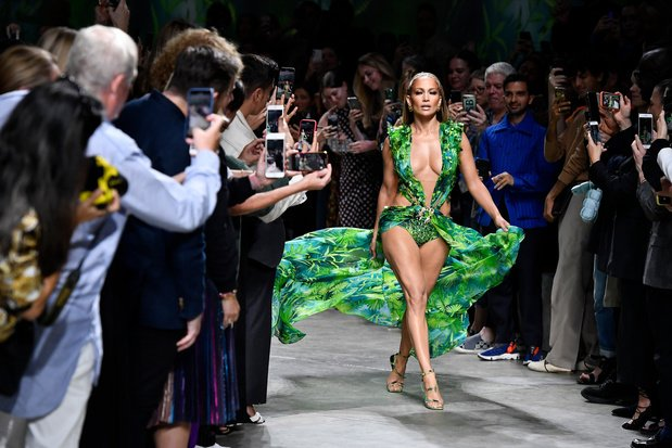 Versace klaagt modeketen aan voor kopiëren van iconische groene jurk