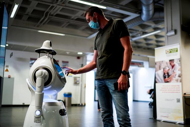 A Anvers, un robot prend la température des patients et vérifie le port du masque