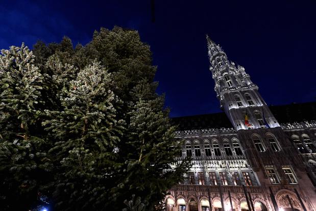 Achttien meter hoge kerstboom zorgt voor kerstsfeer op Brusselse Grote Markt