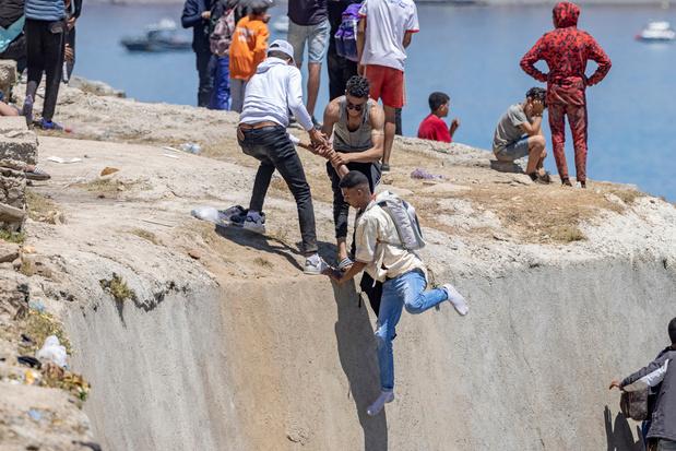 Migrantencrisis Ceuta: honderdtal mensen proberen Melilla binnen te komen