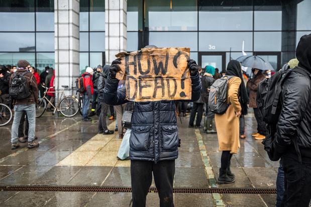 Manifestanten eisen informatie na overlijden in politiecel