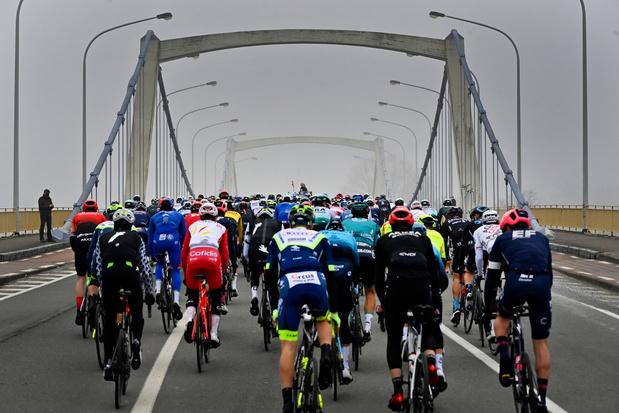 Circuit Het Nieuwsblad: les coureurs ont pris le départ de la classique d'ouverture en Belgique