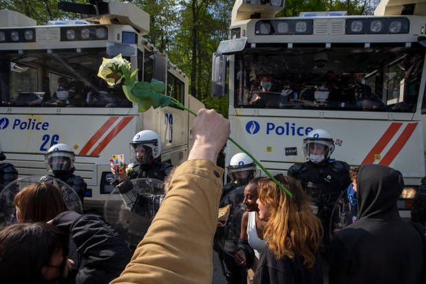 """""""Choqué par l'attitude de la police face à une manifestation pacifique""""(carte blanche)"""