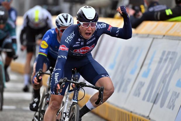 Jasper Philipsen sprint naar de overwinning in Scheldeprijs