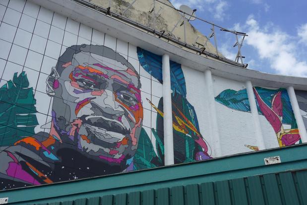 Muurschildering van George Floyd met roos in Laken