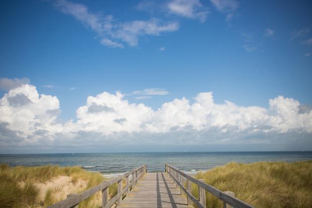 Extra badzones en een strandpas: kustgemeenten vrezen voor drukke zomer