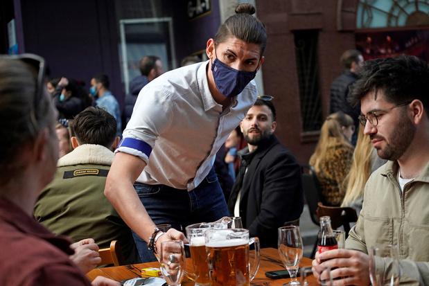 Britten gaan massaal naar pubs: bierproducenten kunnen niet voldoen aan vraag