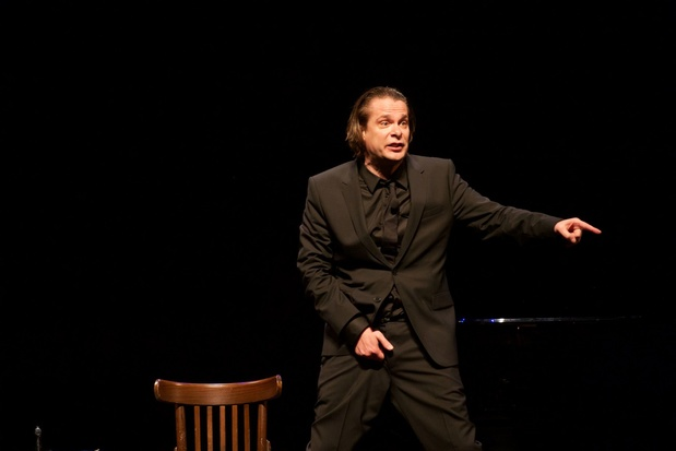 Hans Teeuwen trekt na vier jaar weer de theaters in (en komt ook naar België)