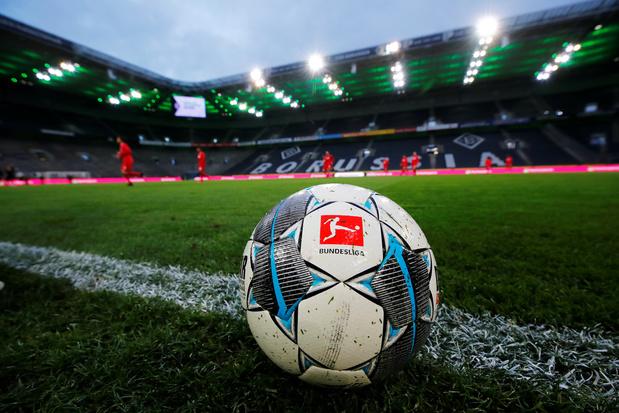 Tacles interdits, gants... Drôles de reprise en Bundesliga