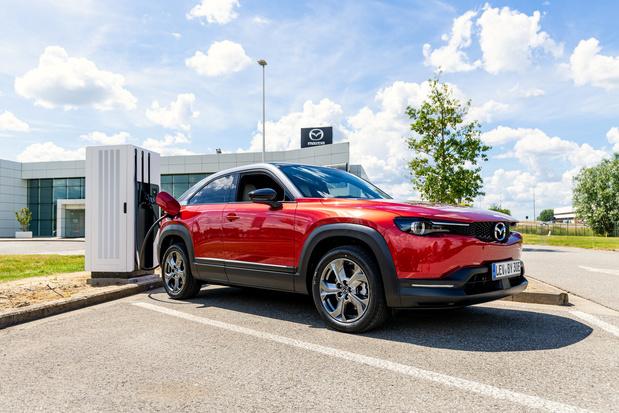 Mazda Belgium s'équipe de bornes et de panneaux électriques